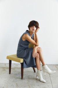 Трикотажное платье на запах серого цвета image 3