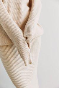 Трикотажная юбка в рубчик кремового цвета image featured